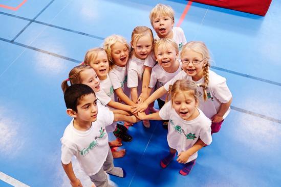 Barn lägger sina händer på varandra