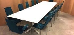 konferensbord och stolar