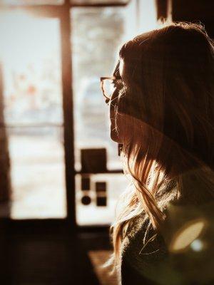 Solen lyser in genom fönstret