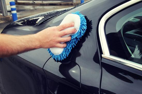 tvättar svart bil