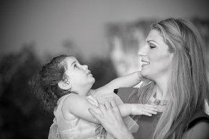 borgerlig-vigsel-mor-och-dotter-dansar.jpg