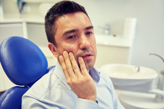 Man med tandvärk