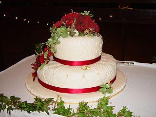 en stilig bröllopstårta