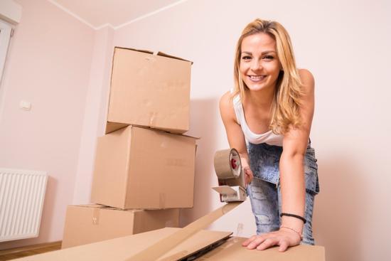 Kvinna packar kartonger