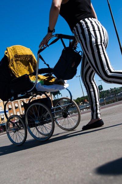barnvagn-randiga-byxor.jpg