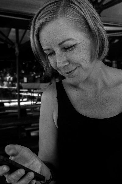 maria-o-mobilen-svartvit.jpg