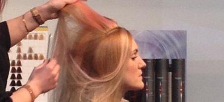 kvinna får håret klippt