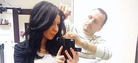 man klipper kvinnas hår