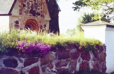 kyrkmuren-blommar.jpg