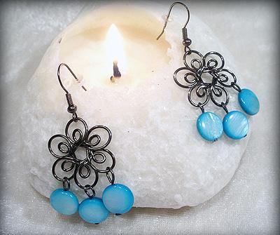 Svart blomma med blå Snäckskalspärlor