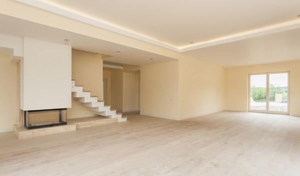tomt vardagsrum inför golvslipning