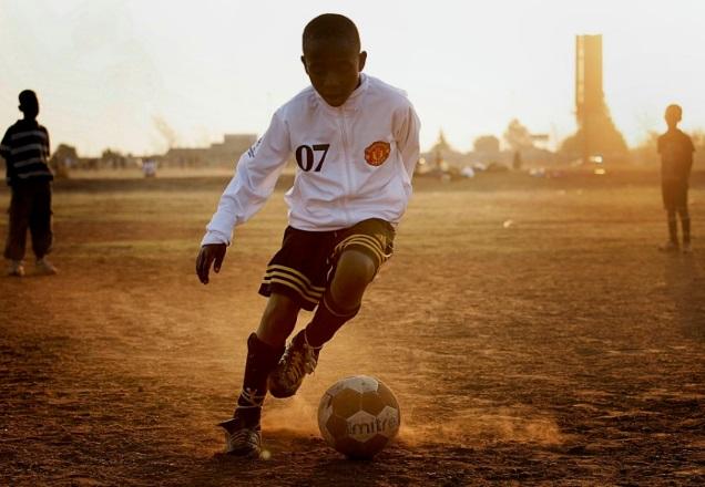 Jeune africain avec une veste de Manchester United