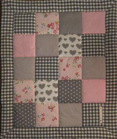 grå rosa lapptäcke baby