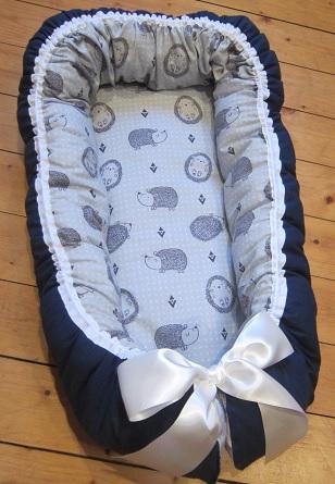 Mörkblått babynest med igelkottar