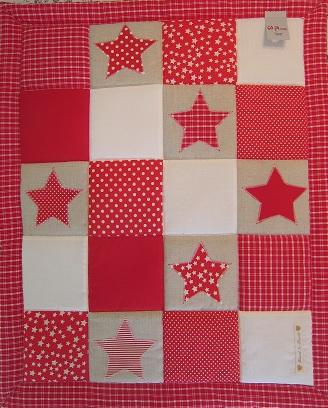 rött lapptäcke med stjärnor