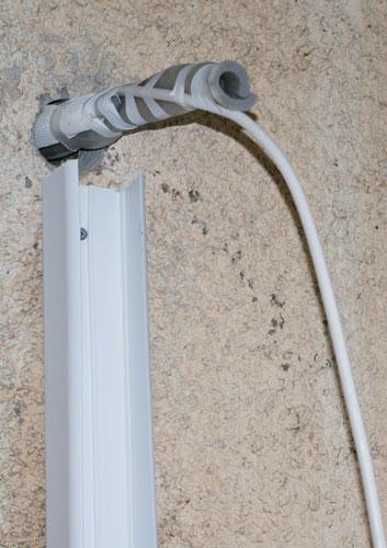 Rör dragna genom väggen vid värmepumpsinstallation.