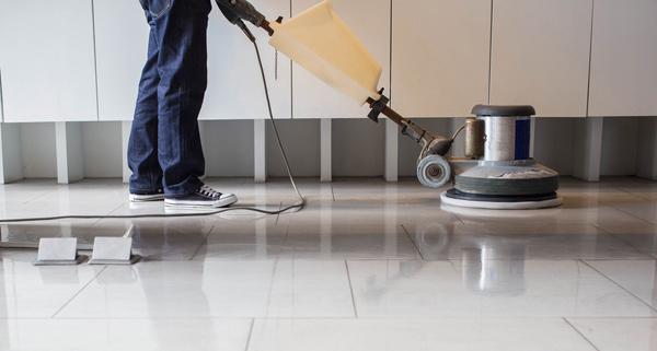 städar golv med skurmaskin