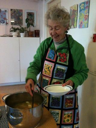 lillemor-tar-av-mays-goda-gronsakssoppa-6-okt-2012.jpg