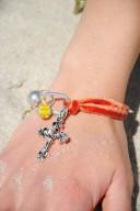 Armband orange velour m kors o pärlor1