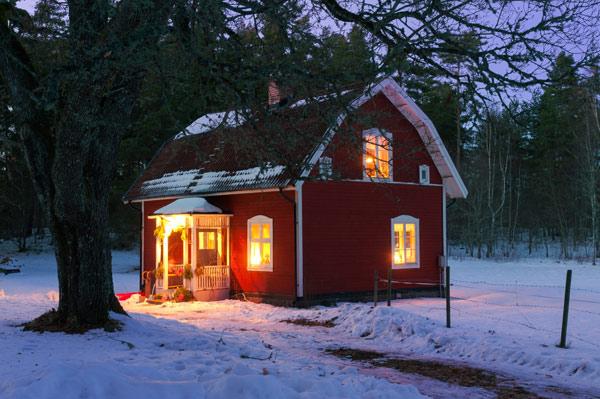 röd villa i Sverige på vintern