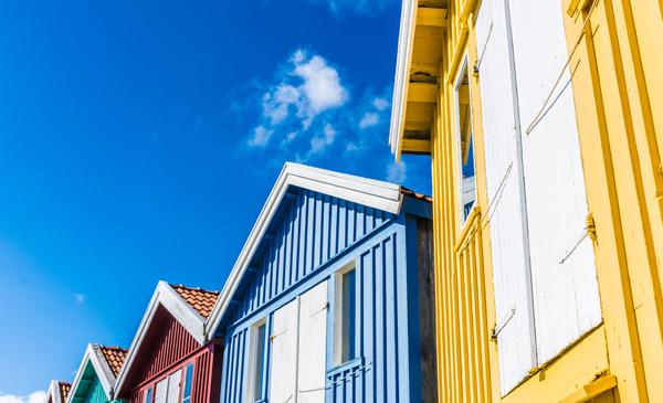 trähus med olika färger på fasaden