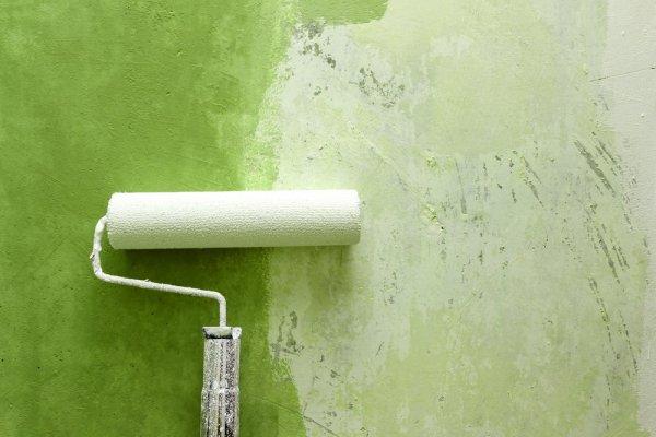 Målar grön vägg