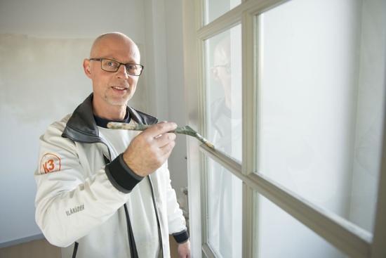 En av K3:s målare i Stockholm i arbete