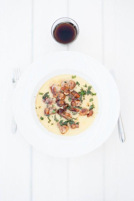 Krämig polenta med smörstekta små karljohansvampar och västerbottenost