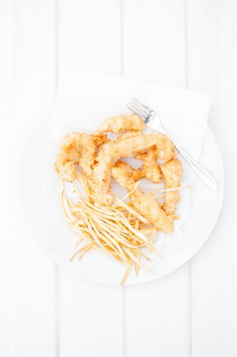 Friterade fiskpinnar med tunna pommes på palsternacka och majonnäs