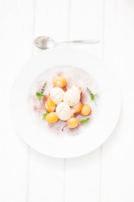 Karamelliserad vaniljglass med brynt smör och gula plommon i konjak