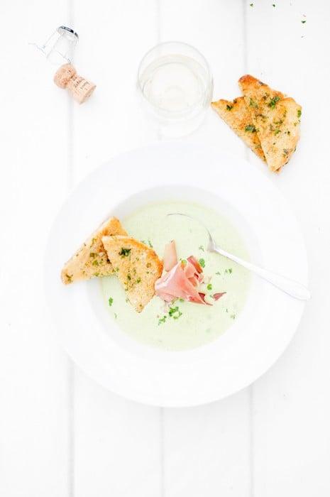 Crème Ninon toppad med ekobubblet La Vida al Camp och lufttorkad skinka