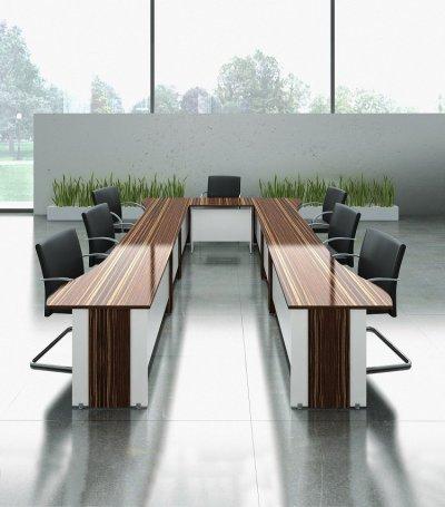 میز کنفرانس و کارمندی