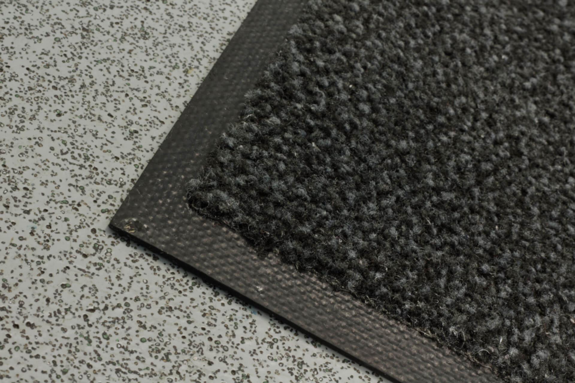 En kant utav en svart matta.