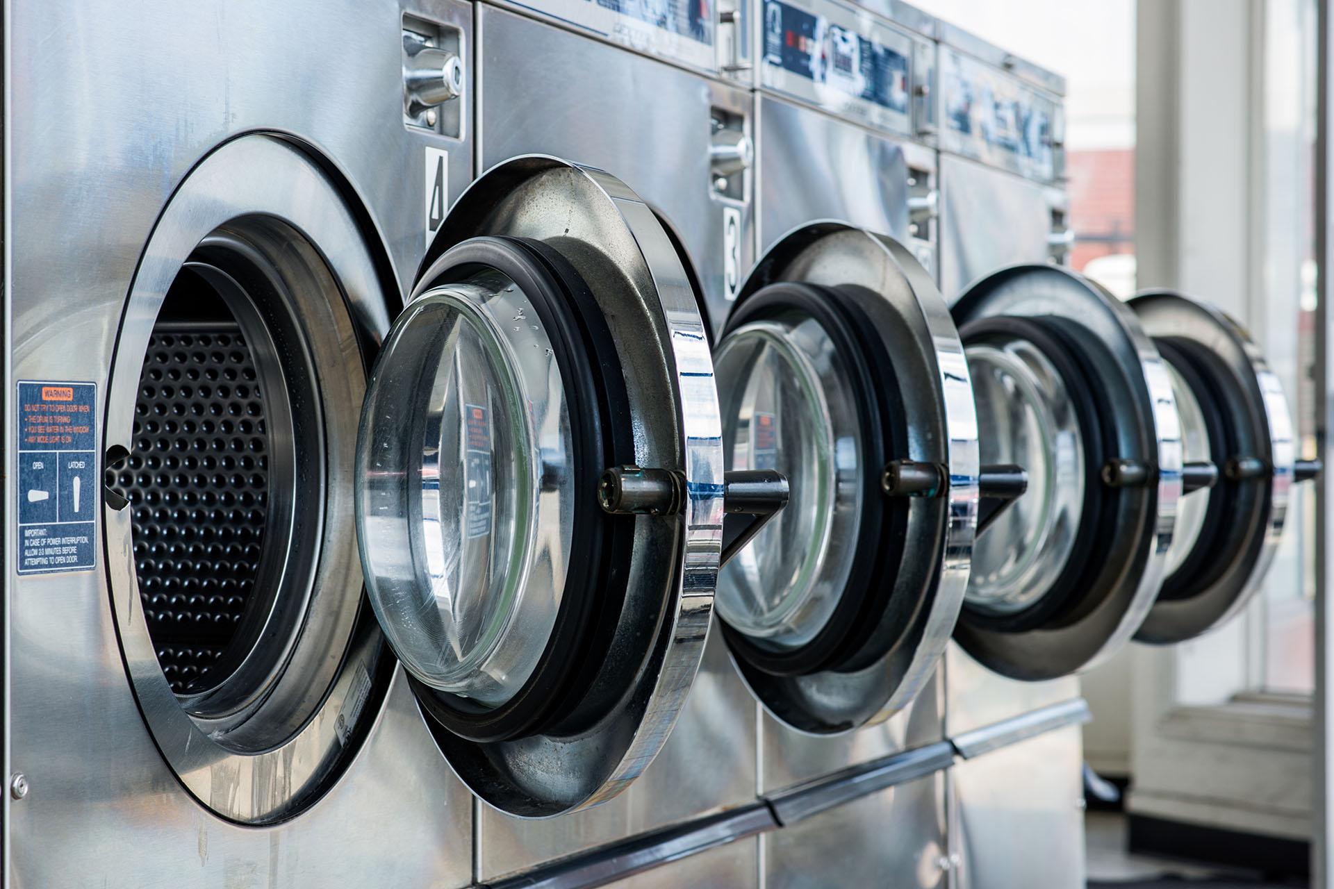 Fyra stycken tvättmaskiner i rad.