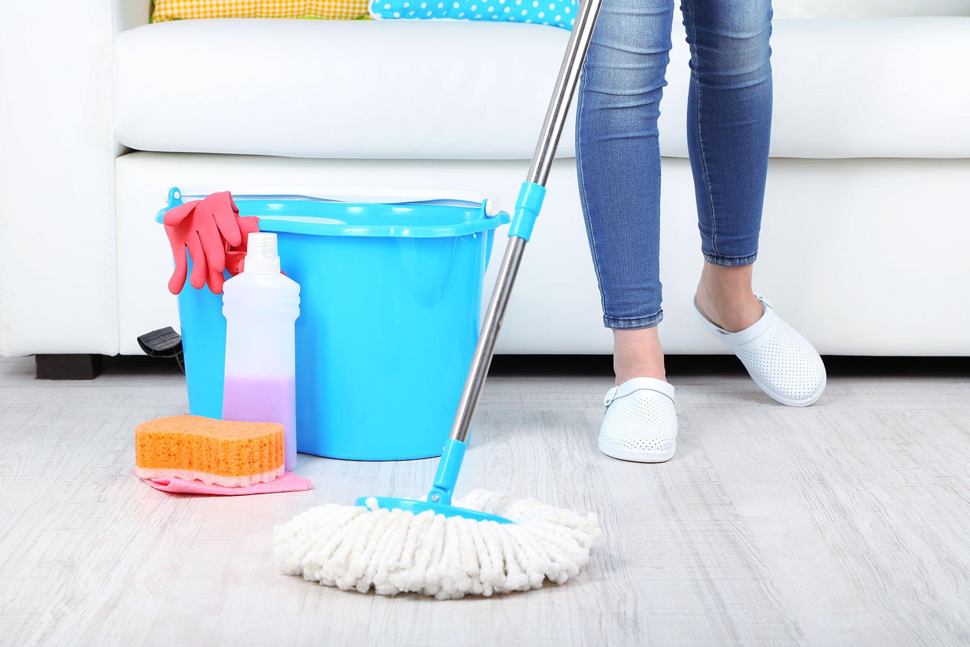 Moppar golvet
