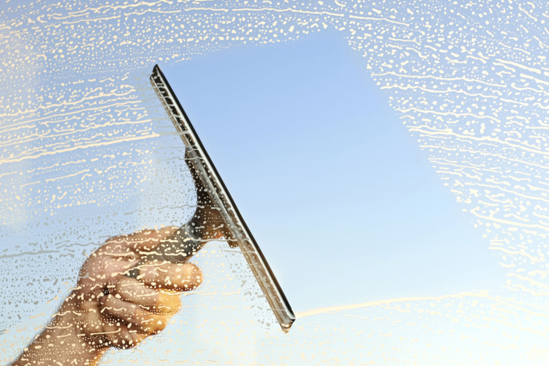 tvättar ett fönster