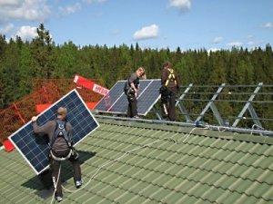 /arbete-med-montage-av-solcells-partier.jpg