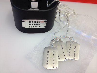 laderarmband-och-halsband-med-tre-brickor.jpg