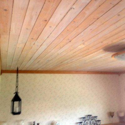 Flambetsad råspont som innertak i sovrum