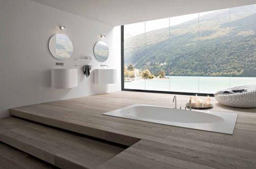 upphöjt och i trä inbyggt badkar