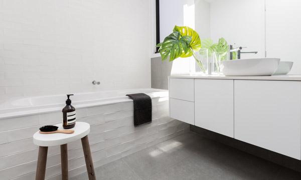 vitt och modernt badrum