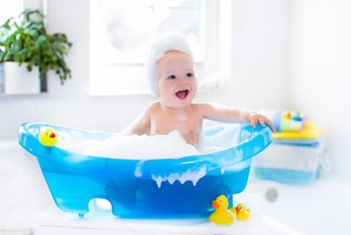 Bebis tar bubbelbad