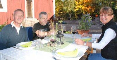 Välkommen till bords önskar Peter, Anne och Jacky