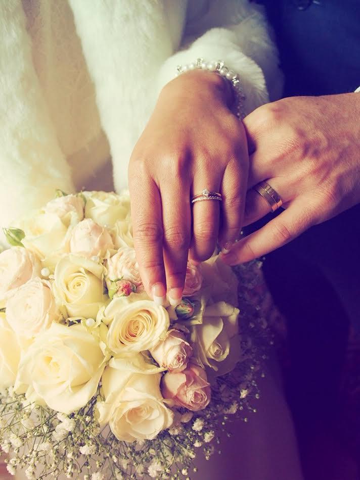 Visar upp sina bröllopsringar