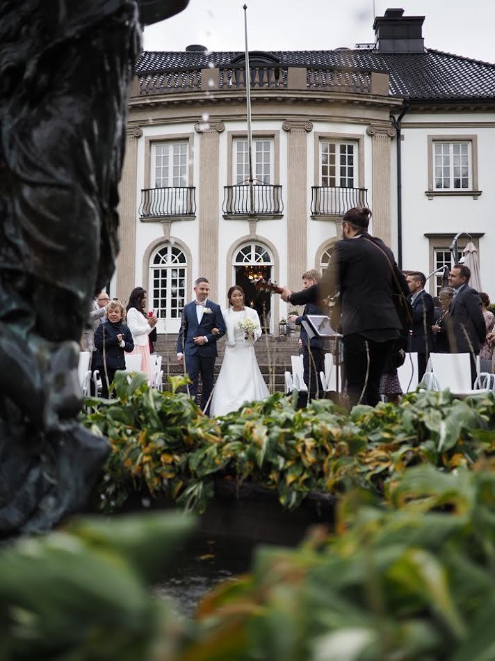 Nygifta går ut från huset.