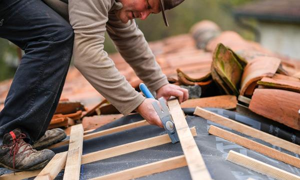 takläggare byter takpapp och läkt