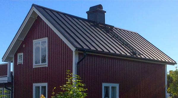 plåttak på röd villa