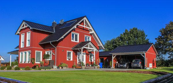 röd villa med carport