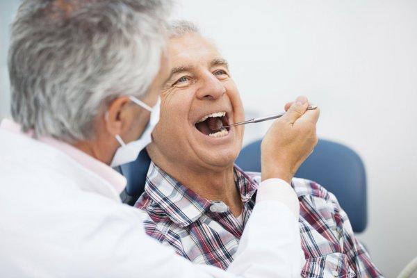 äldre man hos tandläkare