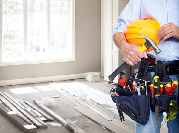 byggare renovera hus
